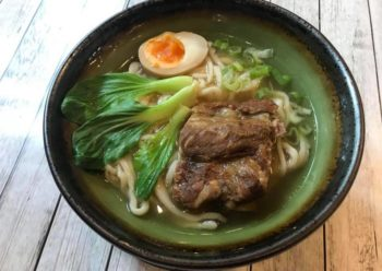 Noodles in brodo con costine